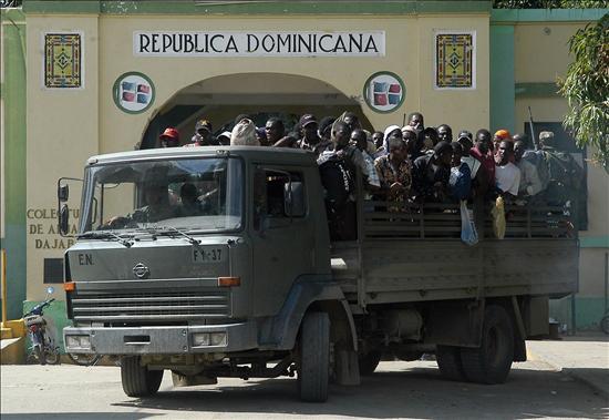 Desalojan más 60 haitianos que ocupaban edificio en Invivienda