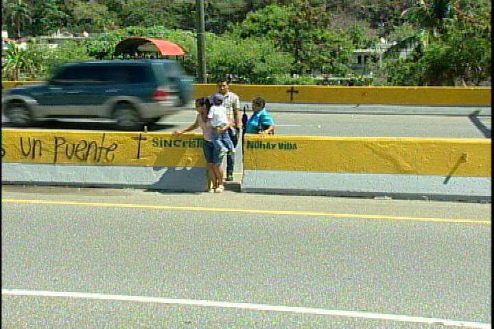 Residentes Los Tres Ojos piden puente peatonal en entrada del sector