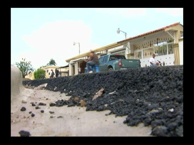 En La Gina reparar carretera, pero les tapan tuberías del agua