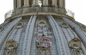 Un hombre se encarama a la cúpula del Vaticano en protesta contra el euro