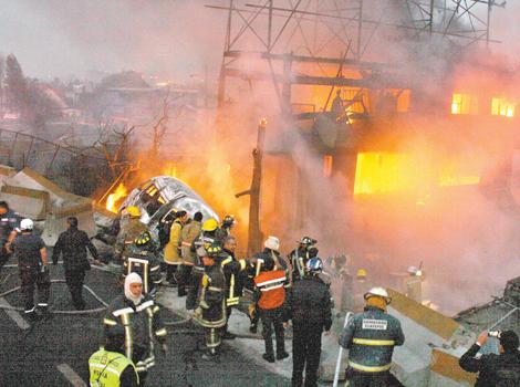Familiares 11 de 23 muertos por explosión de camión de gas en México