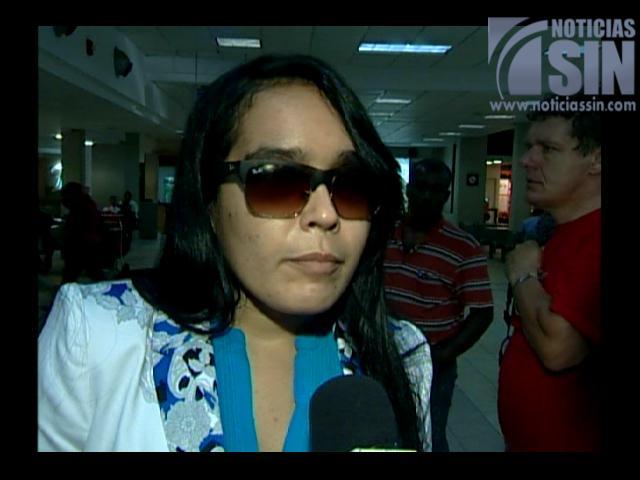Francina Hungría regresa a RD luego de operaciones de la vista en EE.UU.