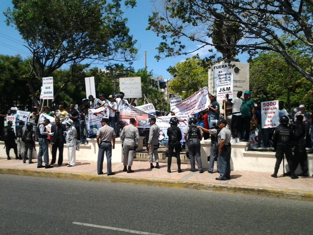 Empleados del Hipódromo protestan frente al Palacio exigiendo pago