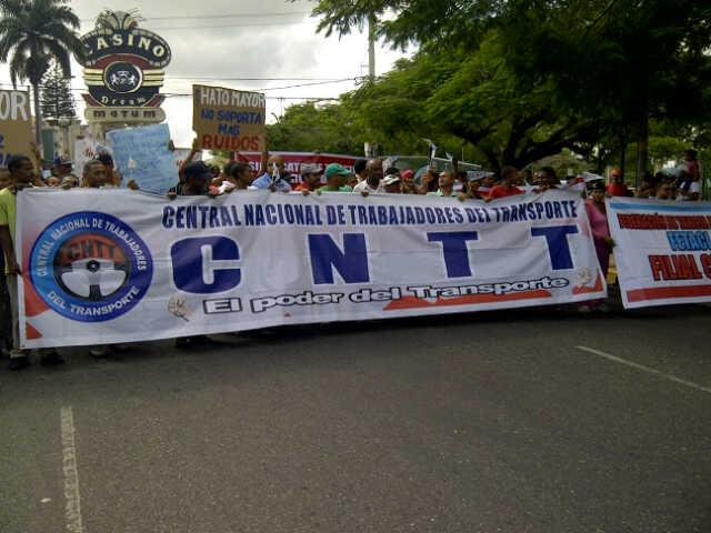 Choferes marchan en contra de la Barrick y explotación a Loma Miranda