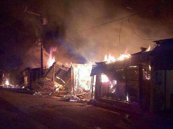 Incendio en Azua destruye decenas de negocios en Mercado Público
