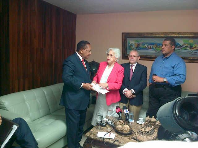 Ortiz Bosch entrega ejemplar del proyecto de Ley de Partidos al PDI