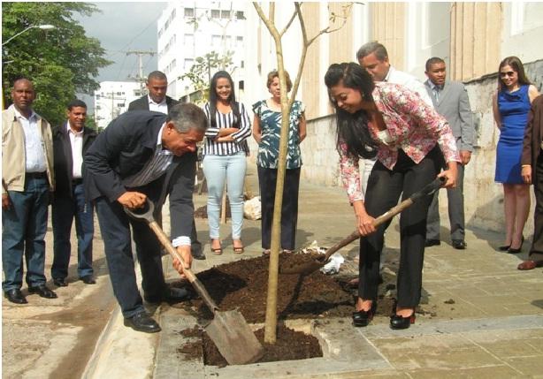 Alcalde y fiscal DN inician arborización entorno Palacio de Justicia