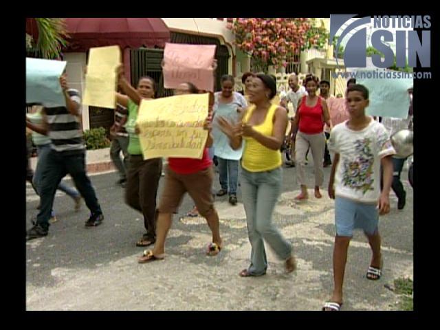 """Protestan en contra de la construcción de varias """"casuchas"""" en sector de Villa Mella"""
