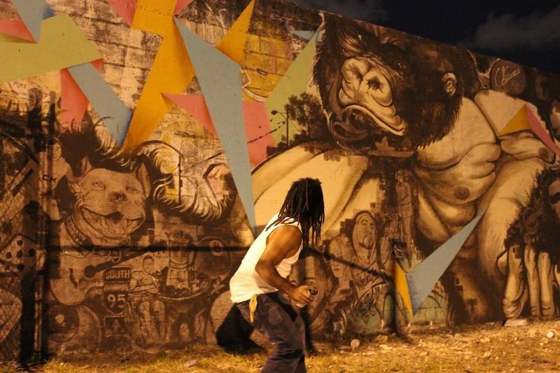 Artista dominicano Ubiera dedica mural de 20 metros a indocumentados