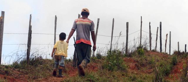 Campesinos marchan en Guerra en reclamo de tierras ocupadas por coronel PN