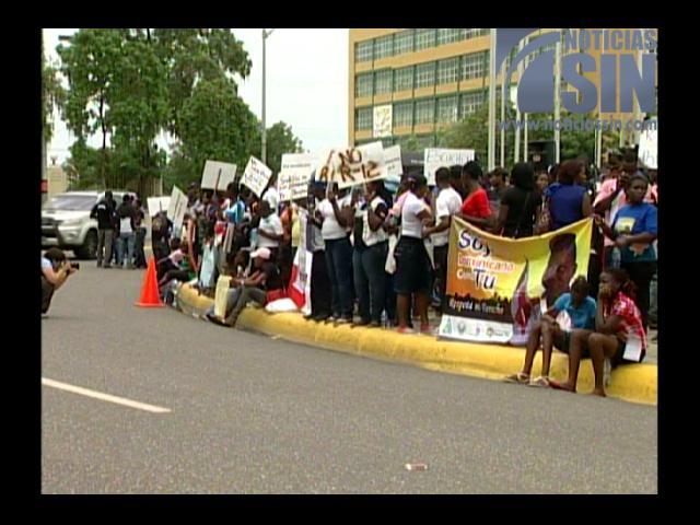 A ritmo de tambores descendientes de haitianos exigen nacionalidad dominicana