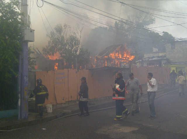 Incendio afecta restaurante en Santiago; causa cuantiosas pérdidas