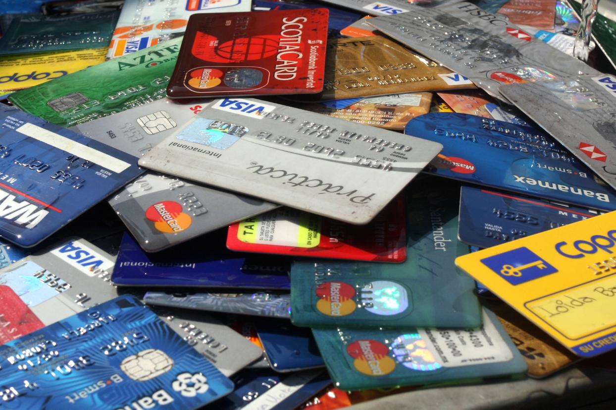 DICAT apresa a tres hombres por comprar con tarjetas de créditos clonadas