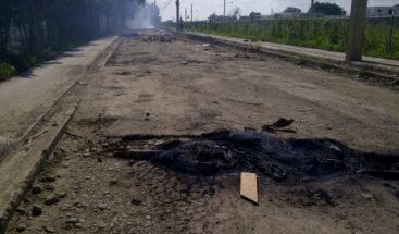 Con quemas de neumáticos y escombros en la vía  protestan en un sector de Santiago