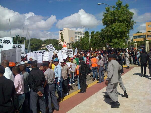 Empleados de Falcondo protestan frente al Congreso
