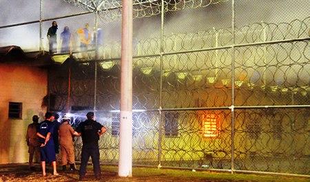 Más de 30 presos escapan de cárcel brasileña tras romper muro con camión