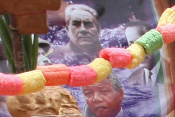 Dan por muerto a Nelson Mandela en altar del Día de los Difuntos