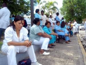 Denuncian hospital Cabral y Báez no han pagado doble sueldo