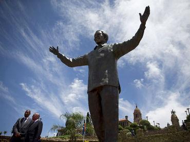 Una escultura de 11 metros recuerda el compromiso de Mandela con la educación