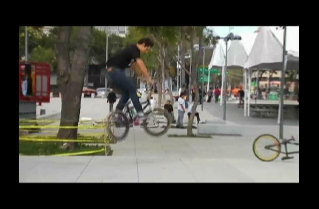Acróbatas, jóvenes llevan años practicando para poder hacer el BMX Calle