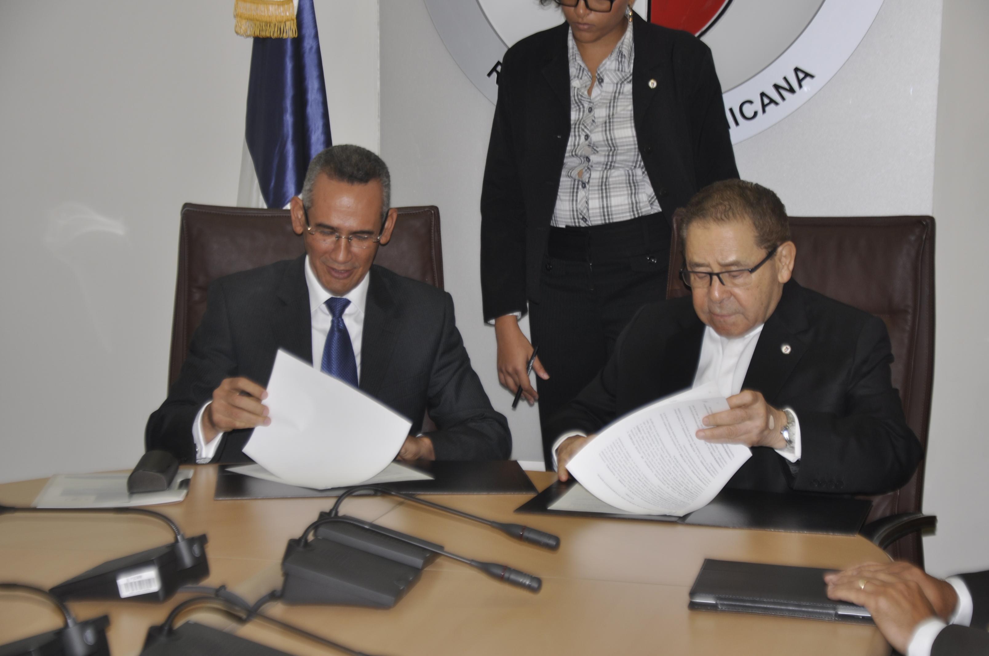 PUCMM y el INAPA suscriben acuerdo de colaboración