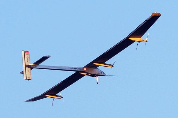Avión solar que vuela sin carburante más cerca de prueba de vuelta al mundo