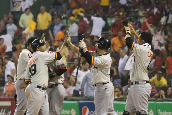 Águilas empatan con Estrellas en la cima del béisbol dominicano