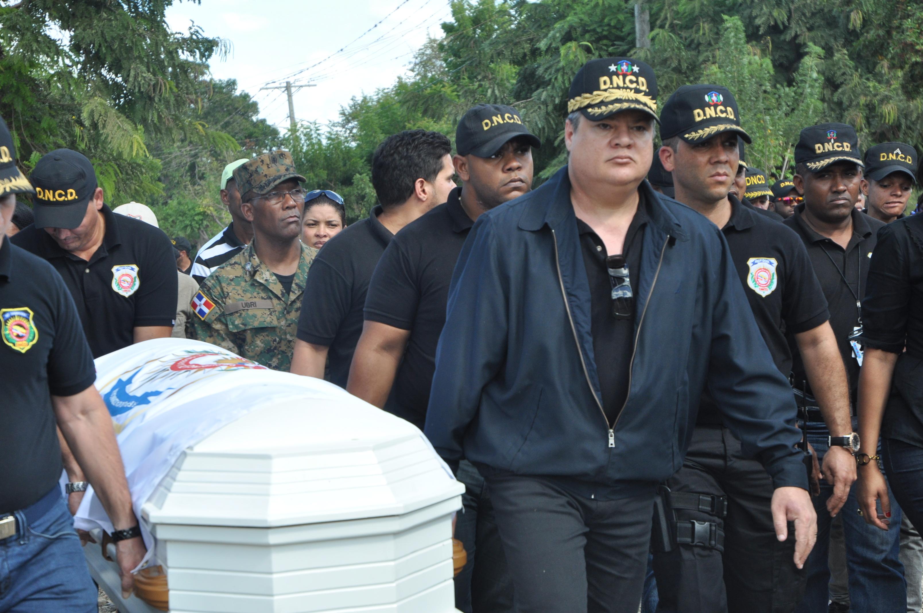 Presidente DNCD encabeza sepelio de agente asesinado en Baní