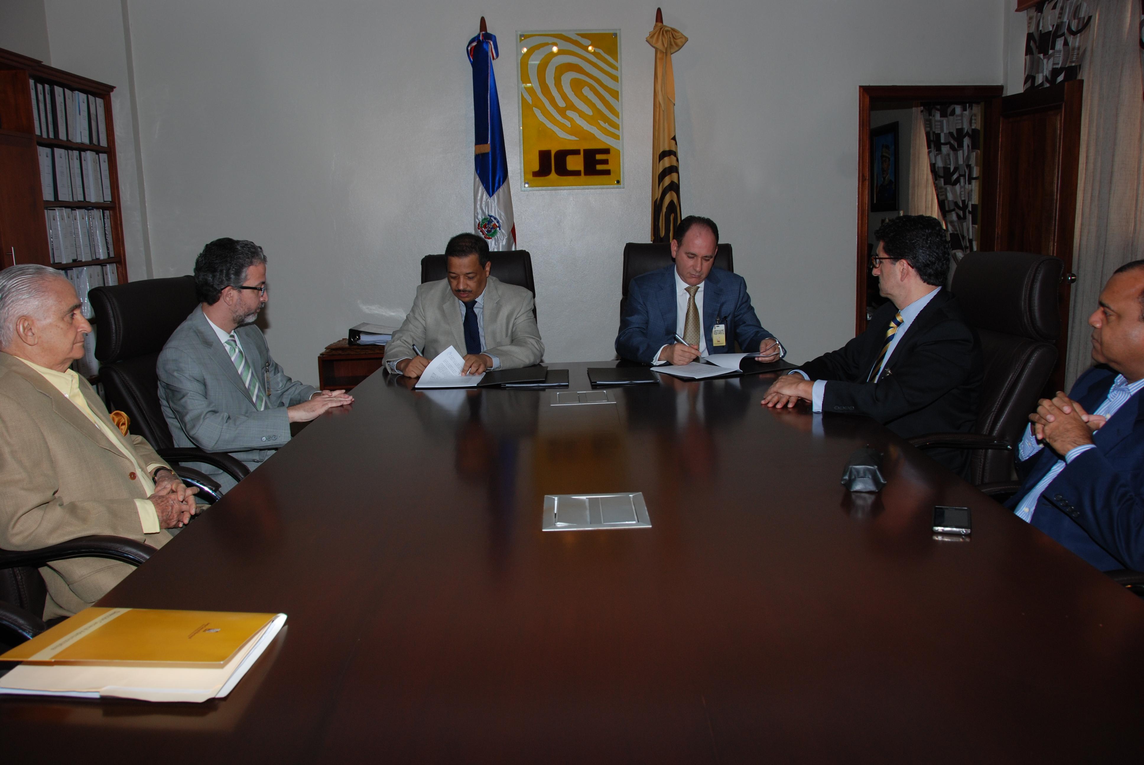 JCE firma contrato con empresa ganadora para suplir equipos y materiales para nueva cedula