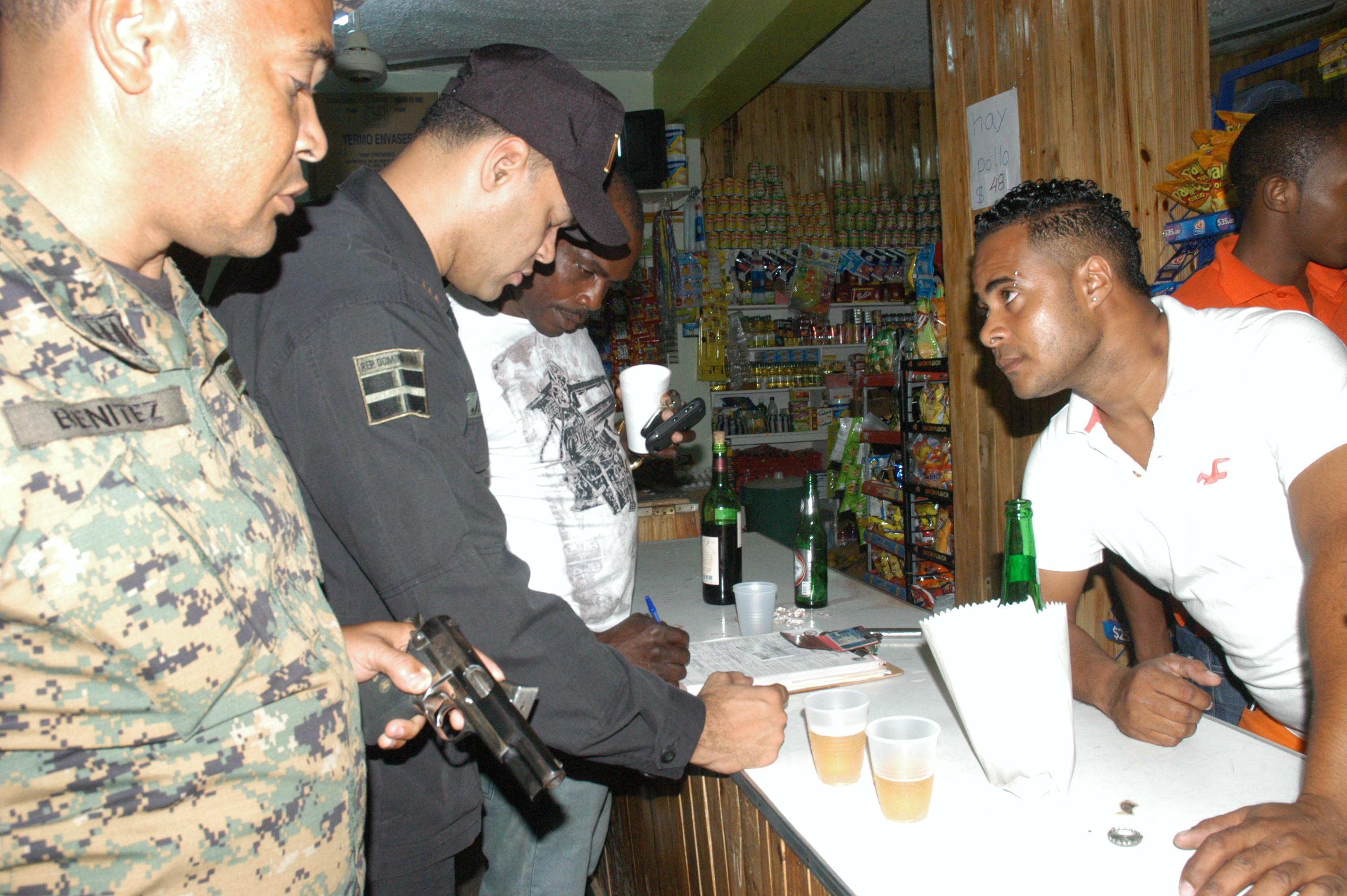 Se incautan 14 armas de fuego y notifican 16 negocios en San Cristóbal