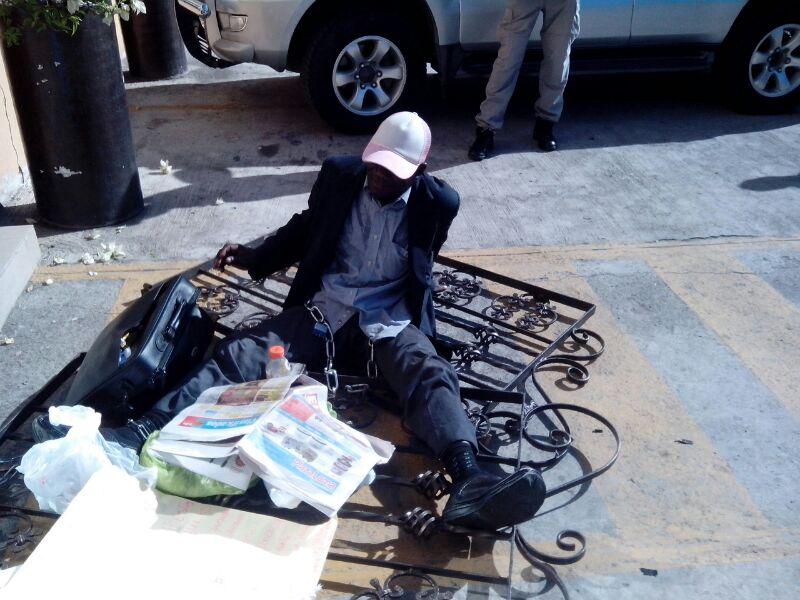 Derriban puerta embajada donde estaba encadenado haitiano