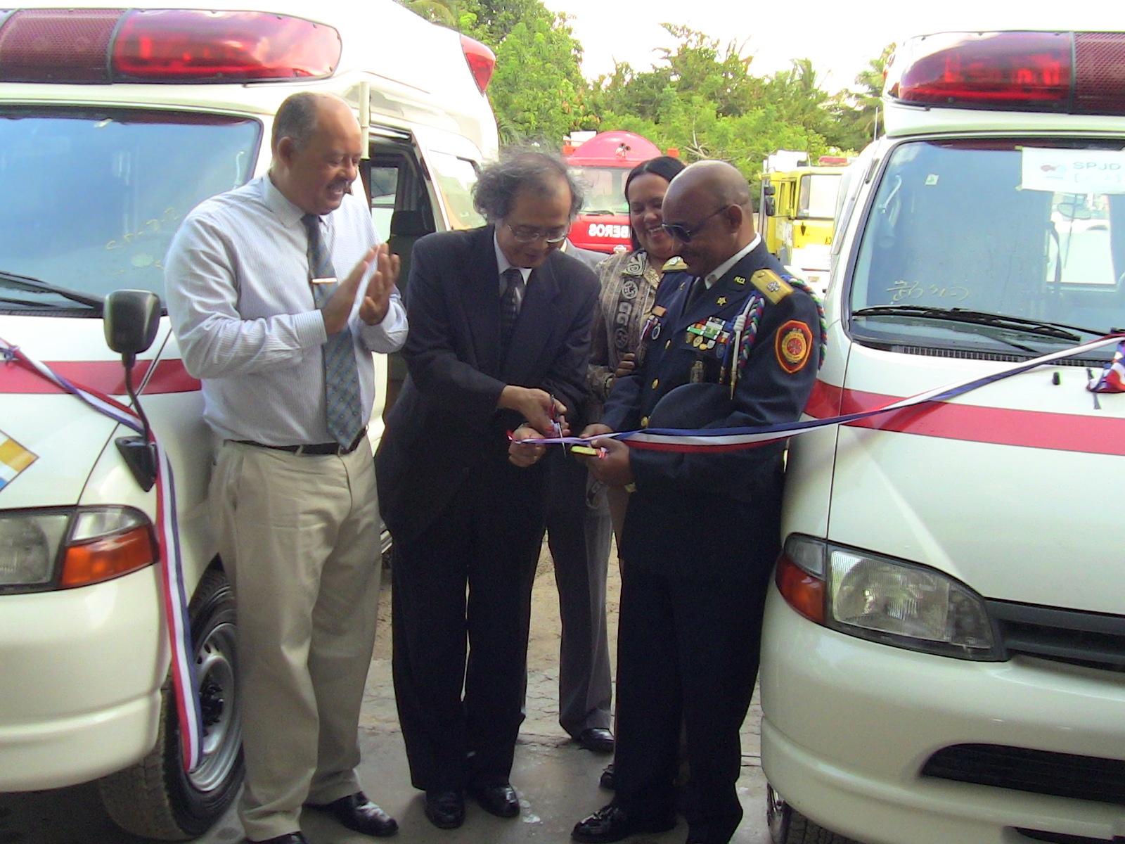 Entregan ambulancias a Bomberos de Boca Chica