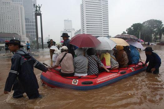 Al menos cinco muertos y miles de evacuados por inundaciones en Indonesia