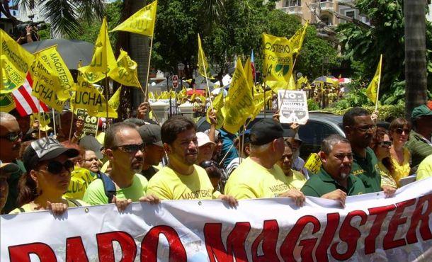 Maestros de Puerto Rico protestan contra reforma de sus pensiones