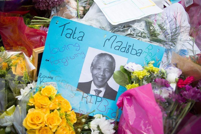 Una montaña de flores sobre la casa de Nelson Mandela