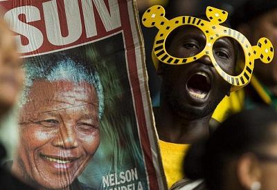 Miles de sudafricanos cantan y bailan bajo los paraguas en homenaje a Mandela
