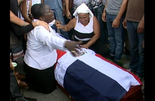 Para reclamar justicia llevan a cuartel restos de sargento de la Policía asesinado