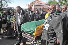 Nelson Mandela recibe sepultura en Qunu