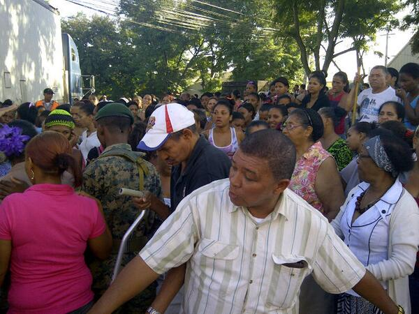 Cientos se congregan en espera de canastas navideñas del ex presidente Fernández
