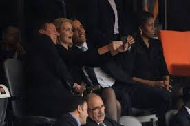 Cameron bromea en el Parlamento sobre la foto con Obama y la premier danesa