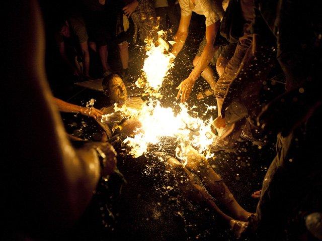 Un italiano se quema  en la Plaza de San Pedro