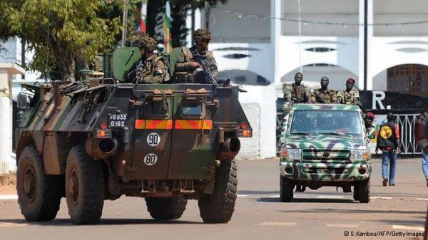 Hollande dice que Francia estará en R.Centroafricana hasta recibir el relevo