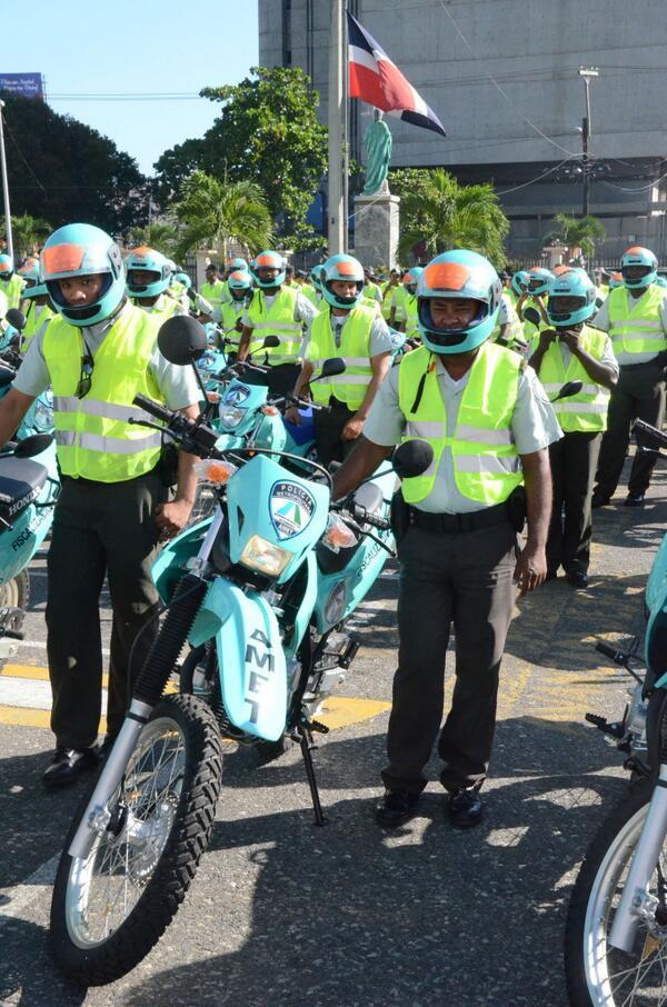 Agentes de AMET motorizados.