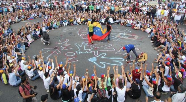 Medio centenar de personas marchan en Times Square en apoyo de Maduro