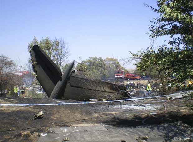Un muerto al impactar un avión militar contra hangar