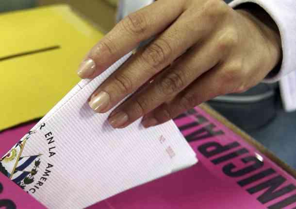 Fiscalía investiga un presunto tiroteo frente a local de votación en Paraguay