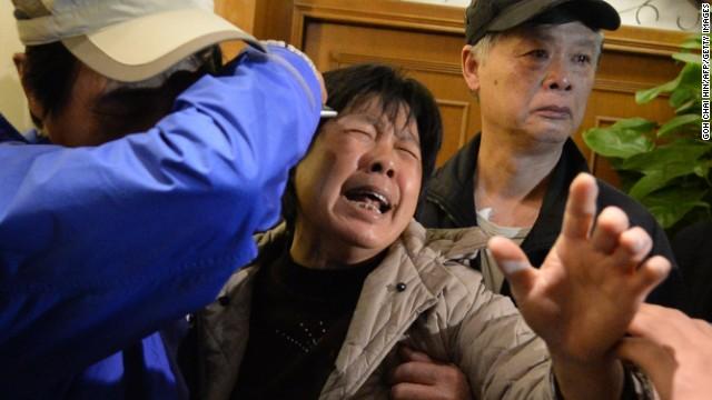 Malasia reúne a familiares de víctimas del avión desaparecido con expertos