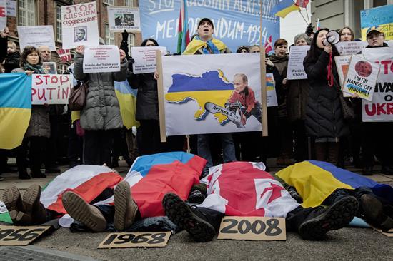 Obama y Merkel abordan por teléfono posibles soluciones a crisis en Ucrania