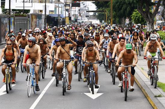 Ciclistas recorren Lima desnudos para exigir mayor seguridad vial