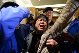 Familiares del MH370 presionan a delegación malasia para que dé más pruebas